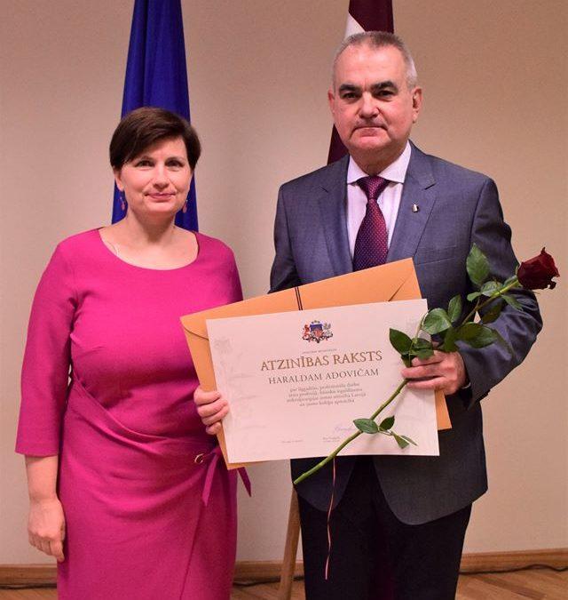 Apsveicam! Mikroķirugam Dr. Haraldam Adovičam piešķirts Veselības ministrijas Atzinības raksts!